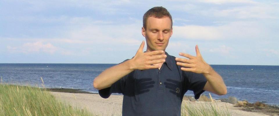 Qigong Übung sitzend - Dominik Rollenhagen